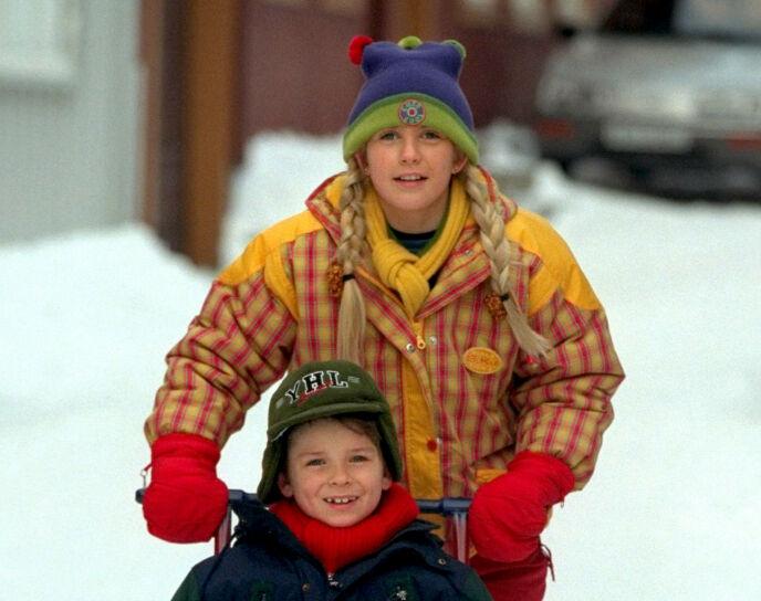 «JUL I BLÅFJELL»: Karoline Fagerheim Hansen spilte rollen som Marta i julekalenderen «Jul i Blåfjell» i 1999. Her er hun avbildet på spark med Mikkel, spilt av Eirik Kvalsvik. Foto: NTB
