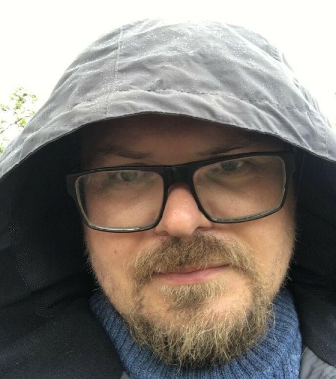 I DAG: Jostein Mellegård Jakobsen er lærer ved Krogstad skole i Ski. Ved siden av dubber han TV-serier og filmer. Foto: Privat
