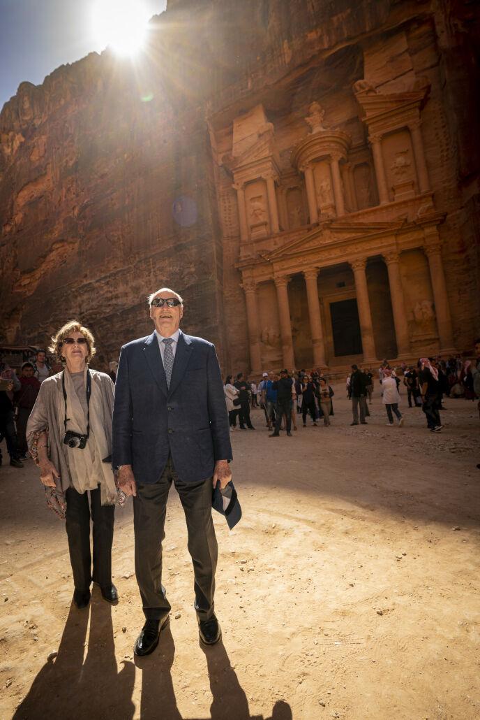 FØR DET SMALT: Kong Harald og dronning Sonja avbildet under sitt besøk i oldtidsbyen Petra i Jordan i starten av mars - en drøy uke før Norge stengte ned som følge av coronapandemien. Foto: Heiko Junge / NTB