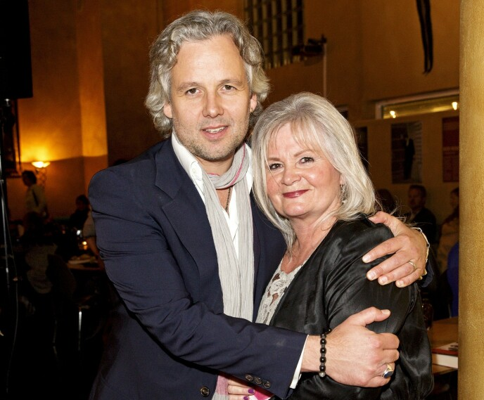 MOR OG SØNN: Ari med moren Marianne Behn på en boklansering. Foto: Andreas Fadum