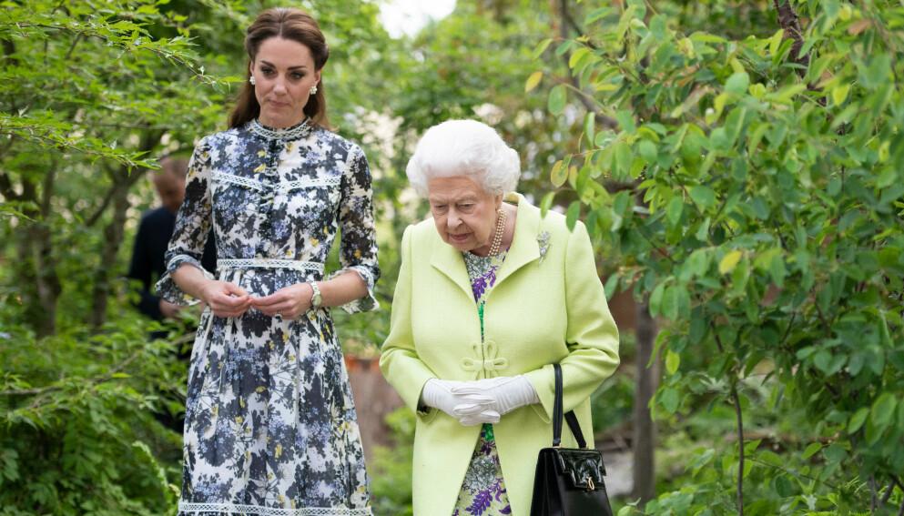 HÅNDVESKE: Dronning Elizabeth er hyppig å se med flotte tilbehør. Spesielt håndveska lar hun aldri bli igjen hjemme. Foto: REX / NTB