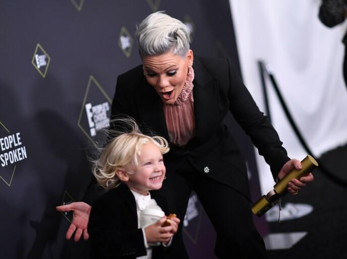Bekreftet: Pink var ærlig redd da sønnen Jameson tidligere ble diagnostisert med koronasykdom. Her er to som ble filmet under E i fjor! People's Choice Awards. Foto: Valerie Magon / AFP / NDP