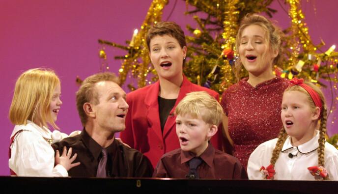 SANG: Musikk og sang var en stor del av «Julemorgen» da Lindland og Nyberget ledet programmet. Her er de avbildet sammen med Märtha Louise og barna Majken, Edvard og Hanne på julaften i 1999. Foto: Heiko Junge / NTB