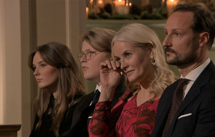 TØRKET TÅRENE: Kronprinsesse Mette-Marit måtte tørke tårene sine under opptredenen til Vegard Bjørsmo. Foto: NTB