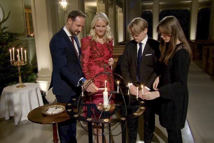 TENTE LYS: Her tenner kronprinsfamilien lys i kirken. Foto: Det kongelige hoff / NTB