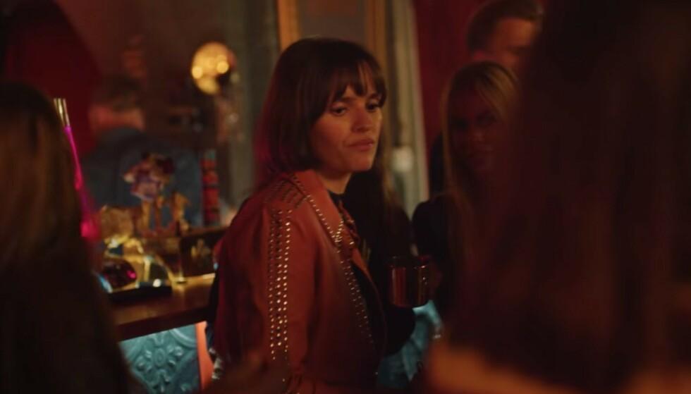 DUKKER OPPDUKKER OPP: Ved siden av sanger Jenny Langlo, kan man skimte Juliane Snekkestad. Foto: Skjerdump fra Netflix