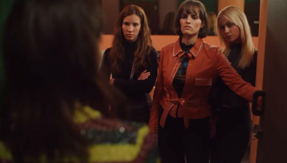 ADVARER: I scenen får Ida Elise Broch en dør slengt i ansiktet av Jenny Langlo og to av venninnene, hvor Snekkestad er en av dem. Foto: Skjermdump fra Netflix