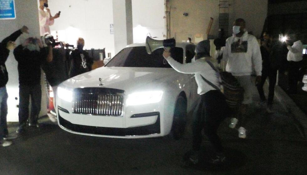 OMRINGET: Fotografer var til stede da demonstrantene omringet Kylie Jenners Rolls-Royce på lørdag. Ingen skal ha blitt skadet. Foto: Splash News / NTB