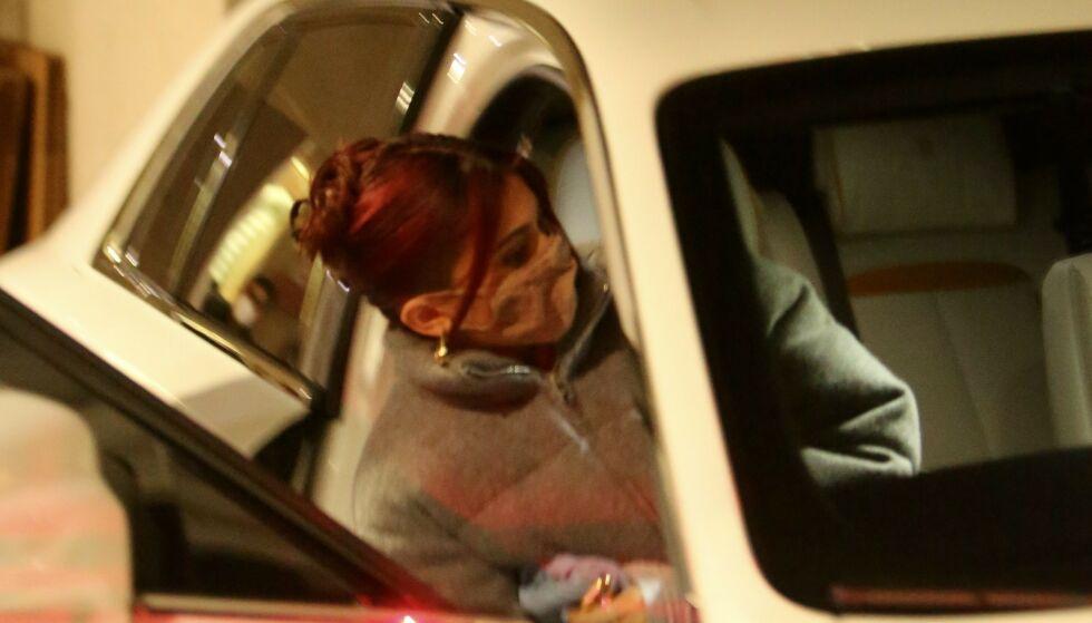 GODT GJEMT: Kylie Jenners juleshopping gikk ikke helt som planlagt. Her haster hun seg inni bilen utenfor Moncler-butikken. Foto: Splash News / NTB