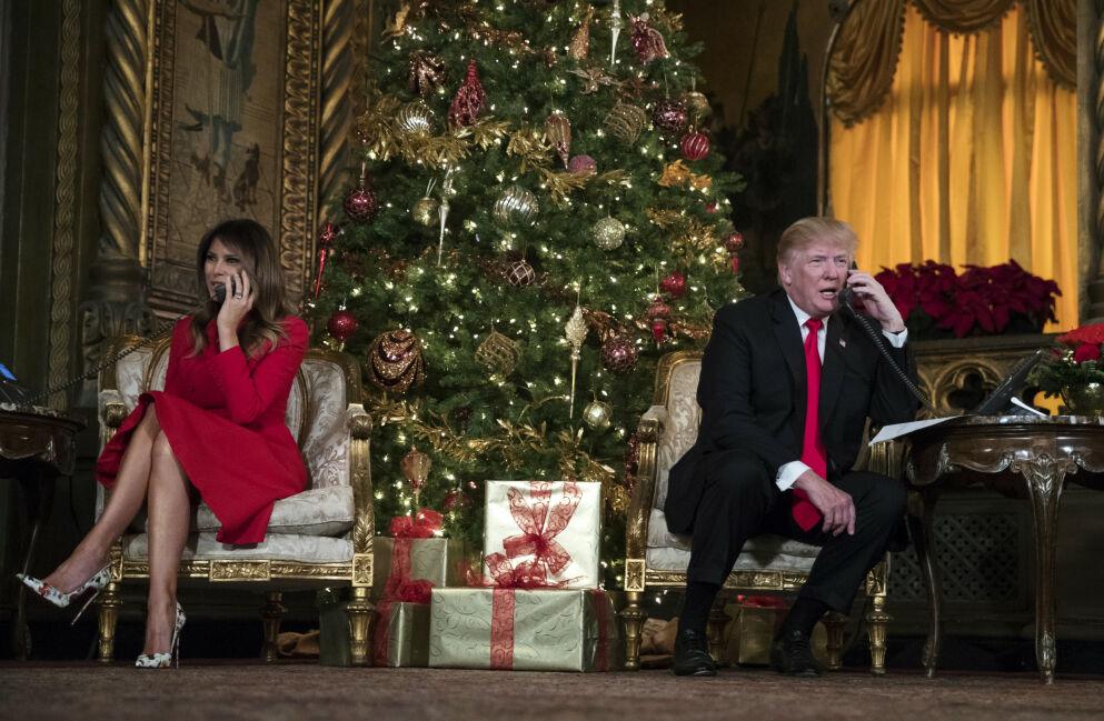 PÅ VEI UT: President Donald Trump og kona Melania Trumps tid i Det hvite hus går mot slutten. Slik blir presidentfamiliens siste feiring i den ærverdige boligen i Washington D.C. Her avbildet 24. desember 2017 - i Florida. Foto: Carolyn Kaster/ AP/ NTB