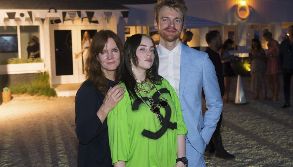 FAMILIE: Billie Eilish har et tett forhold til moren Maggie Baird og storebroren Finneas O'Connell. Her er de samlet sammen under et arrangement i 2019. Foto: Scott Roth / INVISION / TT / NTB