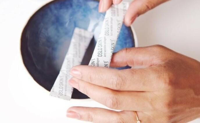 PRAKTISK: Pakningene med kollagenpulver er små og enkle å ha med i veske eller toalettmappe.