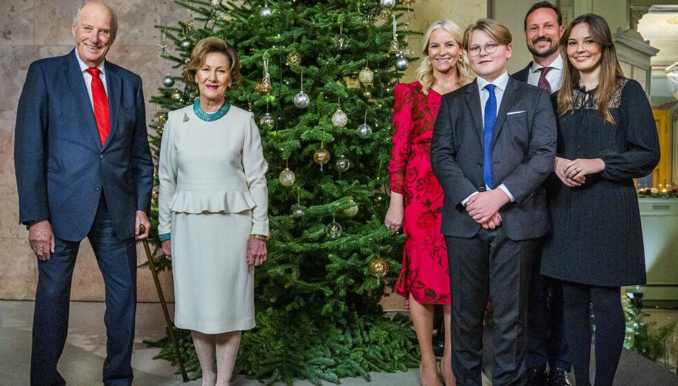 JULEKLARE: Kongefamilien har fått unnagjort årets julefotografering, i år med tidsriktig avstand. Foto: Håkon Mosvold Larsen / NTB