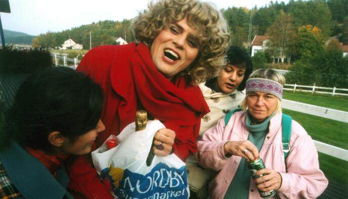 KJENT: Sidsel Sørli har ikke hatt mange skuespilleroppdrag, og huskes dermed best som Ruth. Her med Stoltenbergs karakter Linda Johansen. Foto: NRK