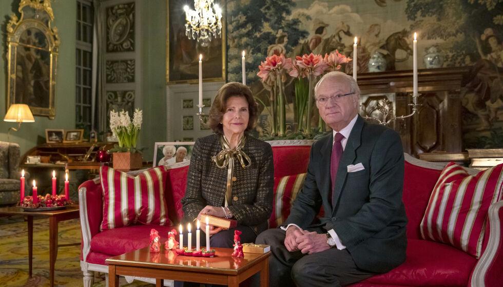 GOD JUL: Dronning Silvia og kong Carl Gustaf lot seg fotografere i forbindelse med fjerde søndag i advent. Her koser de seg på Drottningholm. Foto: Victor Ericsson, Kungl. Hovstaterna