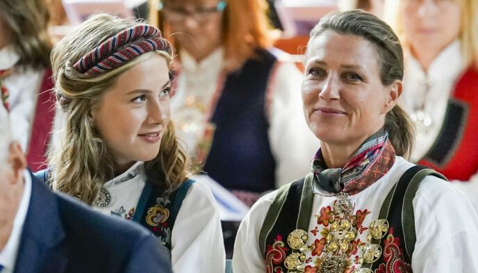 ÅPEN: Leah Isadora Behn snakker ut om sorgen. Her avbildet med sin mor, prinsesse Märtha Louise under konfirmasjonen til prins Sverre Magnus i høst. Foto: Lise Åserud / NTB