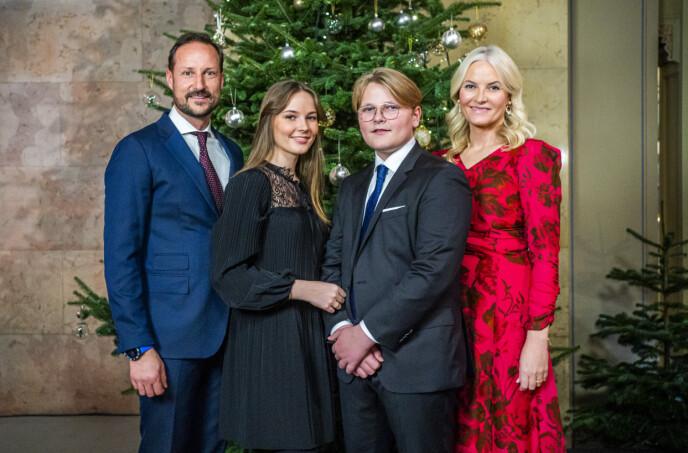 TØFT ÅR: 2020 har vært tøft på mange måter for kongefamilien. Her er kronprinsfamilien samlet til årets julefotografering. Foto: Håkon Mosvold Larsen / NTB