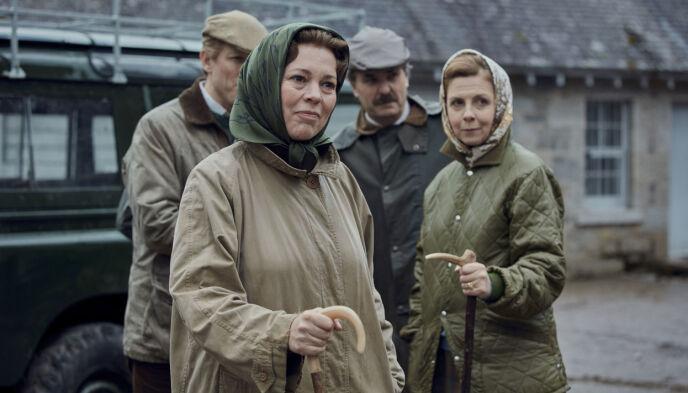 «THE CROWN»: Serien har vært grobunn for mange spørsmål gjennom fire sesonger. Her er Olivia Colman, som spiller dronning Elizabeth, avbildet ved Balmoral Castle før jakt. Foto: Sophie Mutevelian / Netflix