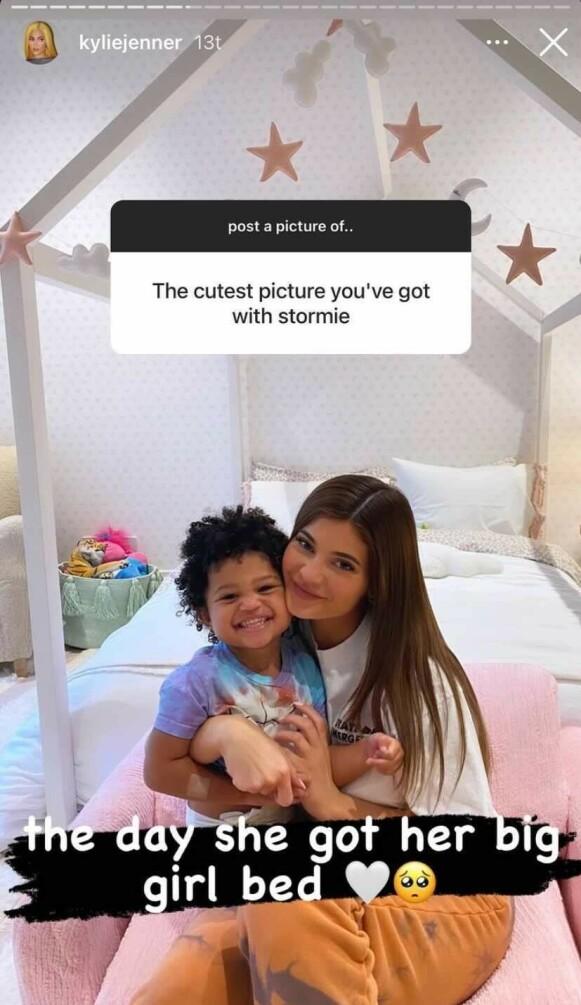 FORNØYD: Kylie forklarte at dette bildet ble tatt da datteren hadde fått ny seng. Foto: Skjermdump fra Instagram