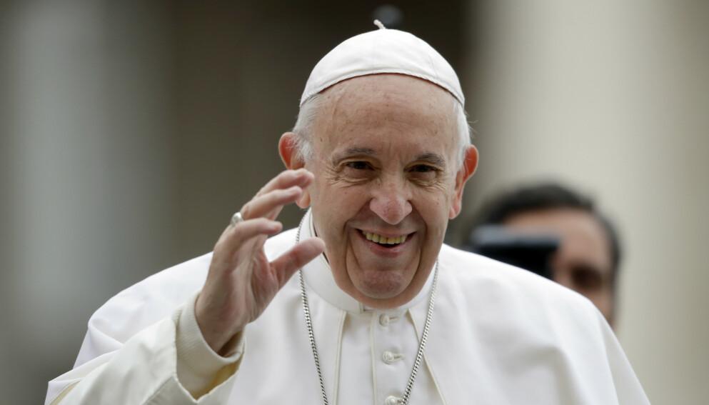 BOMMERT: Pave Frans skal ha gitt nok et likerklikk til en Instagram-modell i julehelgen. Foto: Alessandra Tarantino / AP / NTB