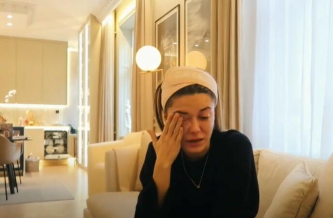 BRYTER SAMMEN: Bianca Ingrosso tar til tårene i YouTube-videoen. Foto: Skjermdump fra YouTube.