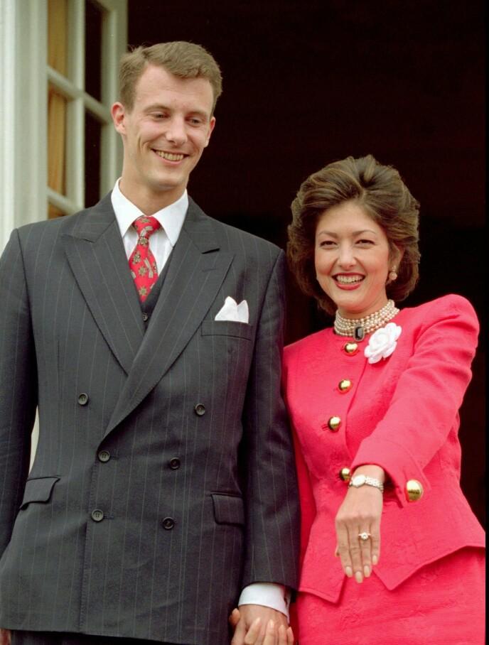 FORLOVET: Grevinne Alexandra viste stolt frem forlovelsesringen i 1995. Foto: AP / NTB