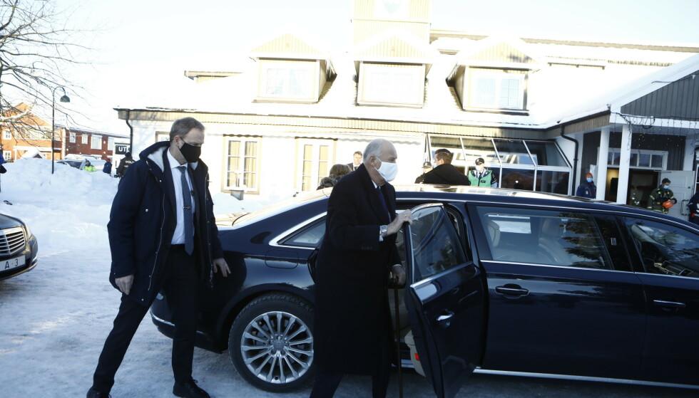 ANKOMMER: Kongeparet samt kronprinsen ankommer Ask i Gjerdrum kommune søndag. Foto: Frank Karlsen