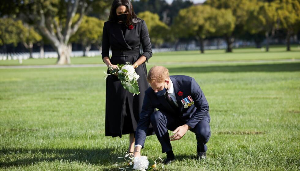 SJELDEN OPPTREDEN: Prins Harry og hertuginne Meghan har vist seg sammen svært få ganger siden de flyttet til USA. På Remembrance Day, 11. november, gjorde de et unntak - for å legge blomster på en gravlund. Foto: Reuters / NTB