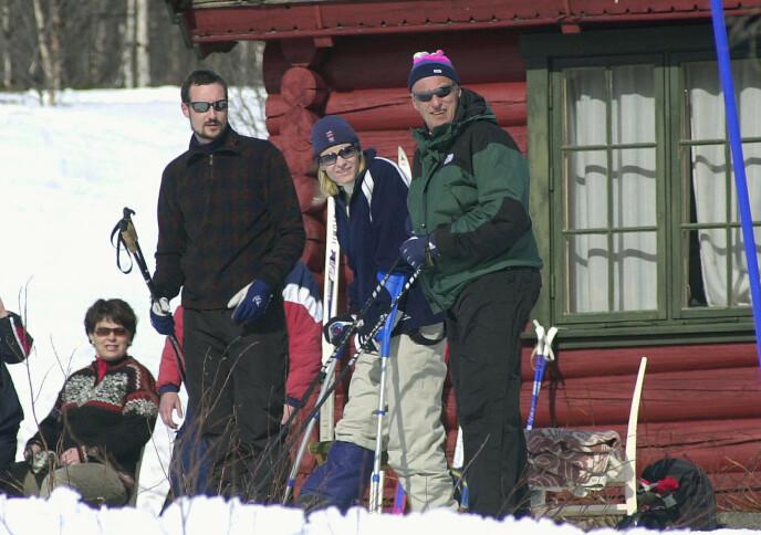 PÅ KRYKKER: I påsken 2002 måtte Mette-Marit ty til krykkene etter et ankelbrudd. Foto: Jarl Fr. Erichsen / NTB