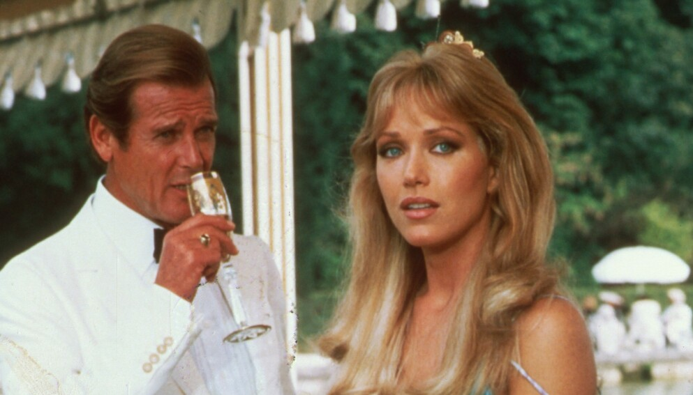 BOND-PIKE: Tanya Roberts er blant annet kjent for rollen som Stacey Sutton i «A View to a Kill». Her med Roger Moore. Foto: Snap/ REX/ NTB