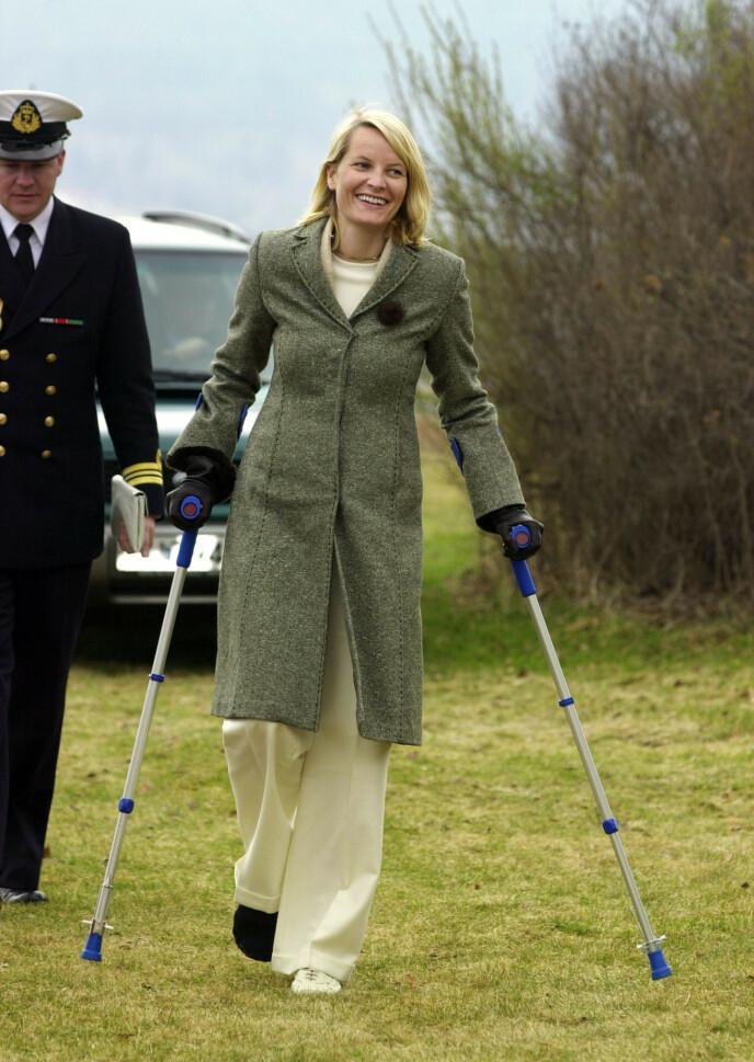 VED GODT MOT: Mette-Marit måtte bruke krykker i lang tid etter uhellet i 2002. Foto: Erlend Aas / NTB