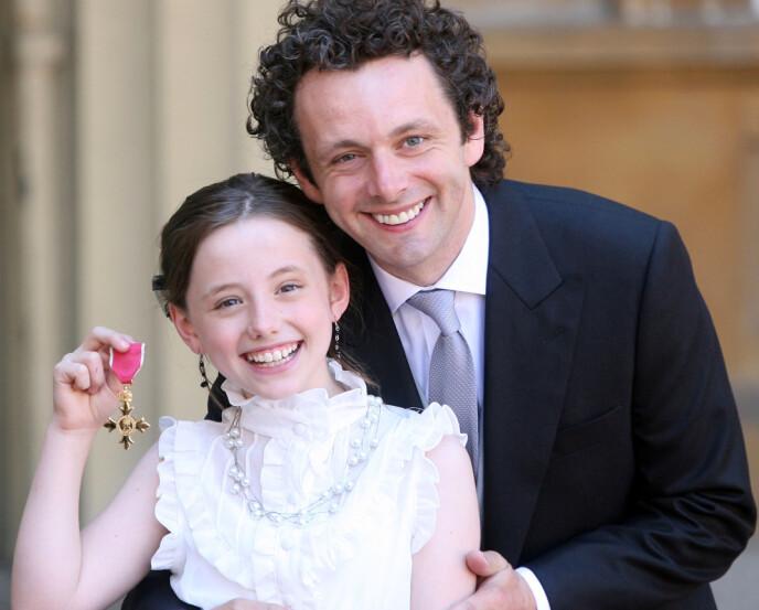 FIKK MEDALJE: Michael Sheen, her med datteren Lily i 2009, etter å ha mottatt fortjenestemedaljen Foto: Rex/NTB