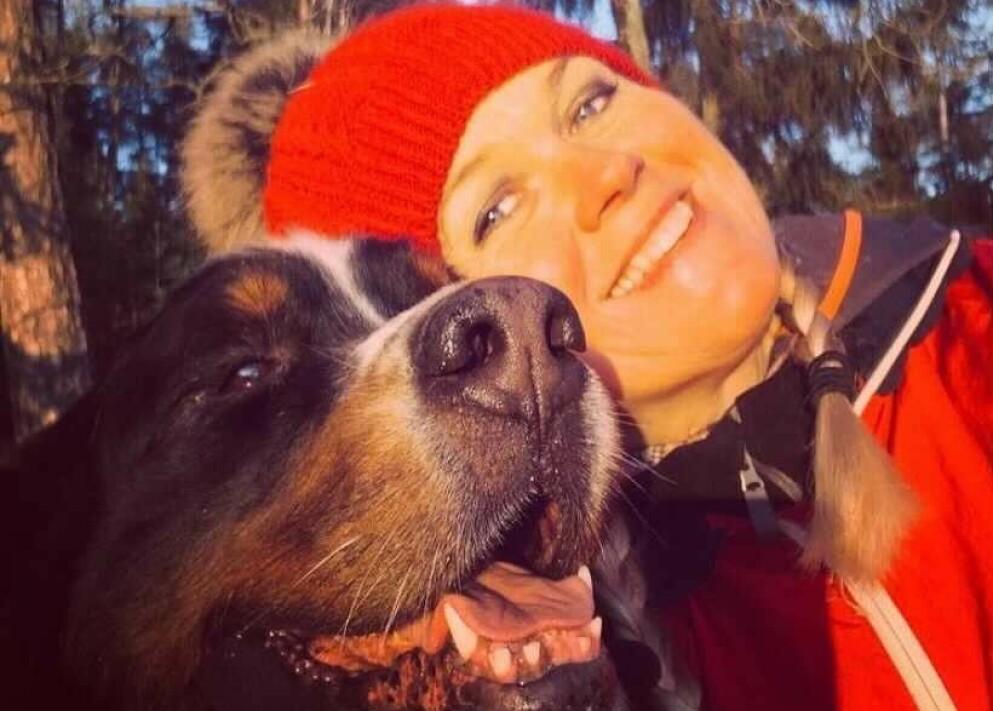 MISTET SPESIELL VENN: Inger Cecilie tok imot Biggen da han ble født i 2012. Hunden sovnet også inn i matmorens hender. Foto: Privat, gjengitt med tillatelse