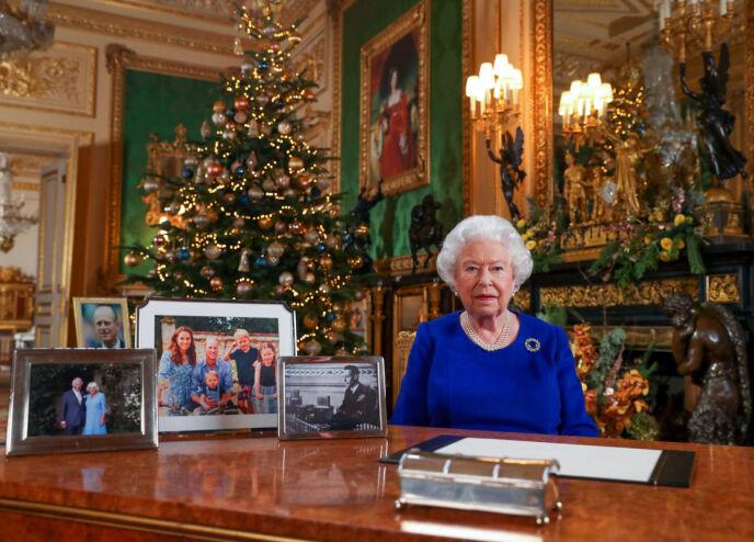 I 2019: I fjor hadde dronning Elizabeth derimot en rekke familiebilder på pulten da hun leverte sin ærlige juletale. Foto: Shutterstock/ NTB