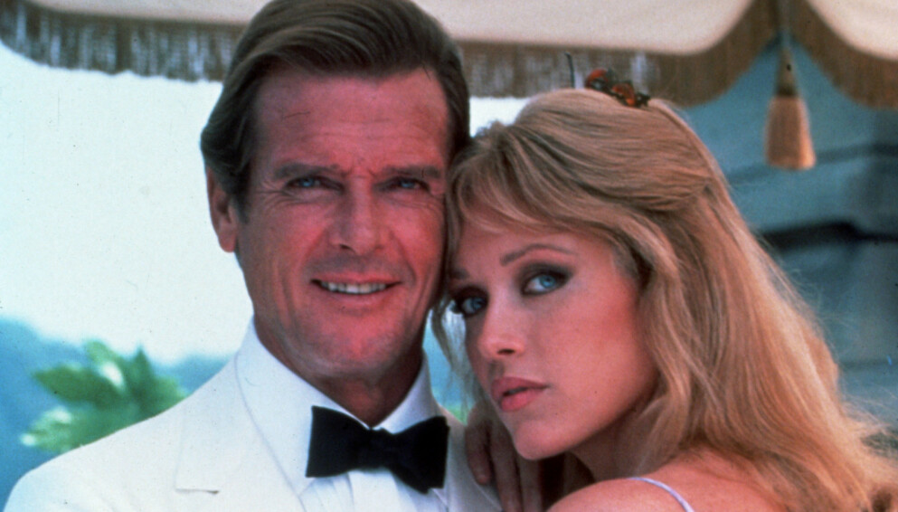 BOND-PIKE: Tanya Roberts er blant annet kjent for rollen som Stacey Sutton i «A View to a Kill». Her med Roger Moore. Foto: Snap/REX/NTB