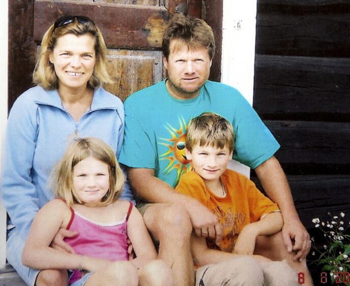 FAMILIEN: Dette familiebildet av Remi, søsteren Susanne og foreldrene Birgit og Tom Andersen ble tatt i 2007. Den gang var det ingen som ante at Remi skulle bli alvorlig syk. Foto: privat.