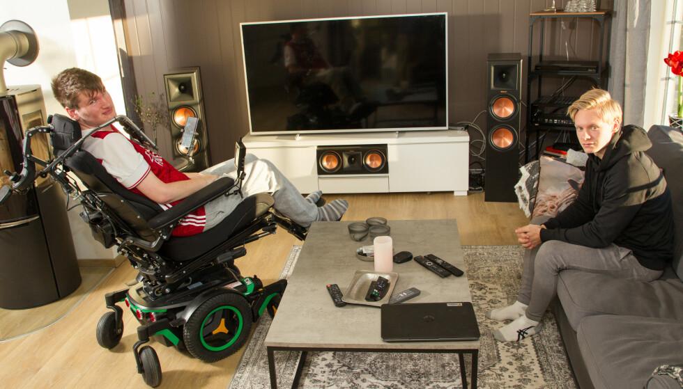 SKJERMTID: Remi og kameraten Maxi-millian tilbringer mye tid foran TV-skjermen. Arsenal-supporteren elsker å se fotball på TV. Foto: Svend Aage Madsen/ Se og Hør.