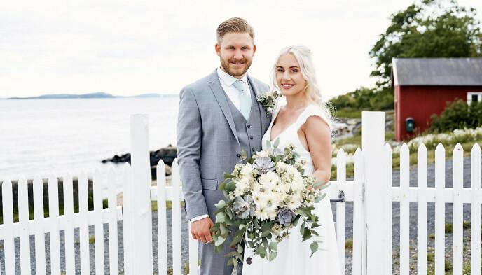 STRAND- BRYLLUP: Marthe var høygravid da hun og Raymond giftet seg på den flotte sandstranden ved Filtvet fyr ved Oslofjorden.