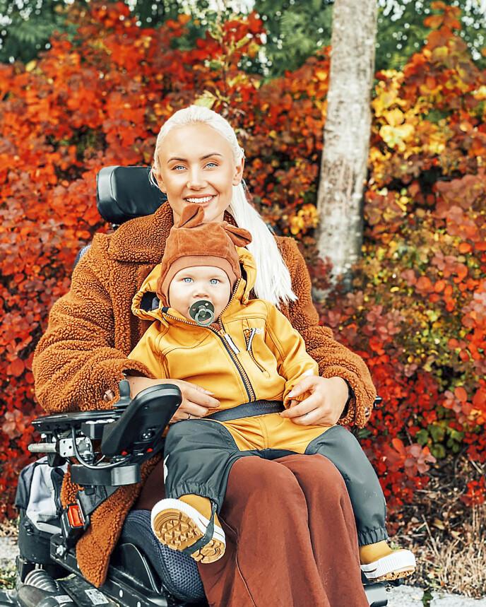 UT PÅ TUR: Marthe bruker sosiale medier som terapi, og deler sine tanker om hvordan det er å være rullestol-mor med en usynlig sykdom på Instagram-kontoen @marthecatalina. Sønnen Liam synes det er stas å kjøre tur med mamma.