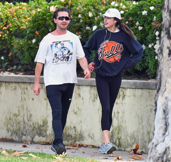 SPORTY: Shia LaBeouf og Margaret Qualley har vært å se på en rekke turer sammen den siste tiden. Her i joggeklær på tur i Los Angeles i desember. Foto: Splash News/NTB
