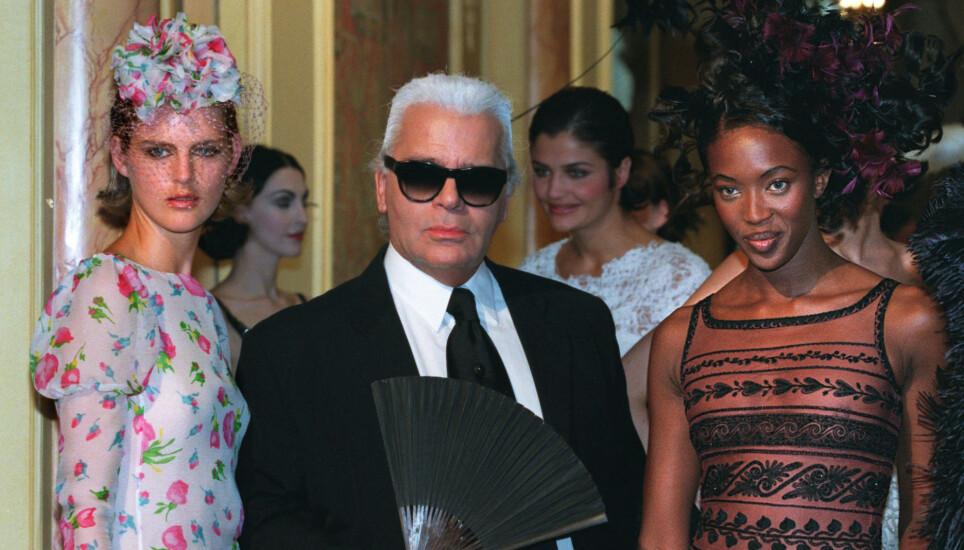 DØDE I FJOR: Stella Tennant (t.v.) gikk plutselig bort rett før jul i 2020. Nå er dødsårsaken avslørt. Her med Karl Lagerfeld og Naomi Campbell i forbindelse med en Chanel-visning i 1997. Foto: Reuters/ NTB