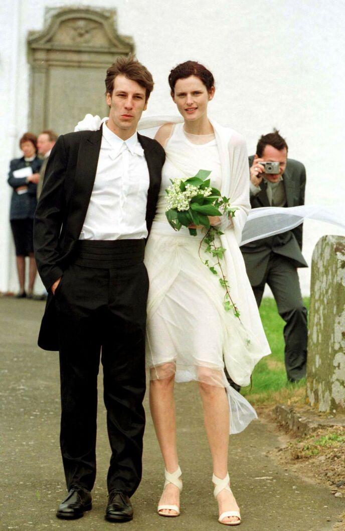 GIFT I OVER 20 ÅR: Stella Tennant og ektemannen David Lasnet på bryllupsdagen sin i Skottland i 1999. Foto: Sutton Hibbert/ REX/ NTB