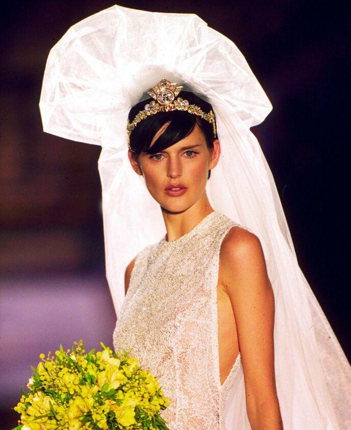 LANG KARRIERE: Stella Tennant har vært et meget anerkjent navn i motebransjen siden 1990-tallet. Her på catwalken for Versace i 1996. Foto: Steve Wood/ REX/ NTB