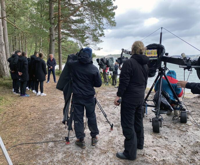 STOR PRODUKSJON: Omtrent 50 personer i crewet må til pers for å få programmet i mål. Foto: Helene Amlie / NRK