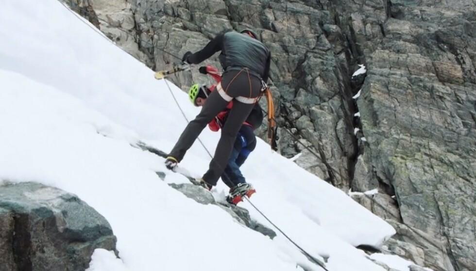 FIKK BISTAND: For å komme seg trygt ned igjen fra isbreen ble influenseren hentet av en fra sikkerhetsteamet. Foto: TVNorge