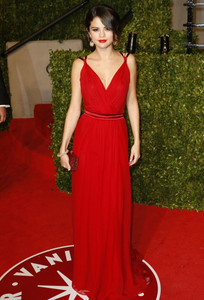 LADY IN RED: Her i en litt mer klassisk look under Vanity Fair sin fest etter Oscarutdelingen i 2011. Foto: Broadimage/REX/NTB