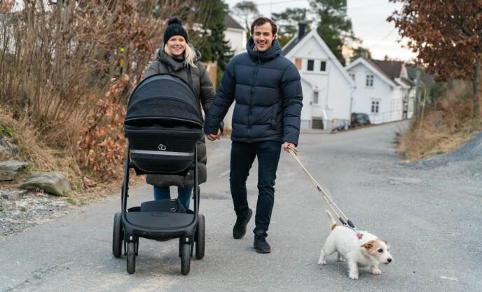 UTE PÅ TUR: Tiril Sjåstad Christiansen og Stian Lauritzen er stadig ute på spasertur sammen, med datteren Vega og hunden deres, hjemme i Grimstad. Foto: Sondre Transeth