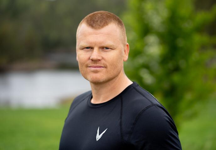 HOGGER TIL: John Arne Riise ønsker ikke å bidra til ytterligere krangel med Espen Thoresen, og lar være å svinge øksa denne gangen. Foto: Alex Iversen / TV 2