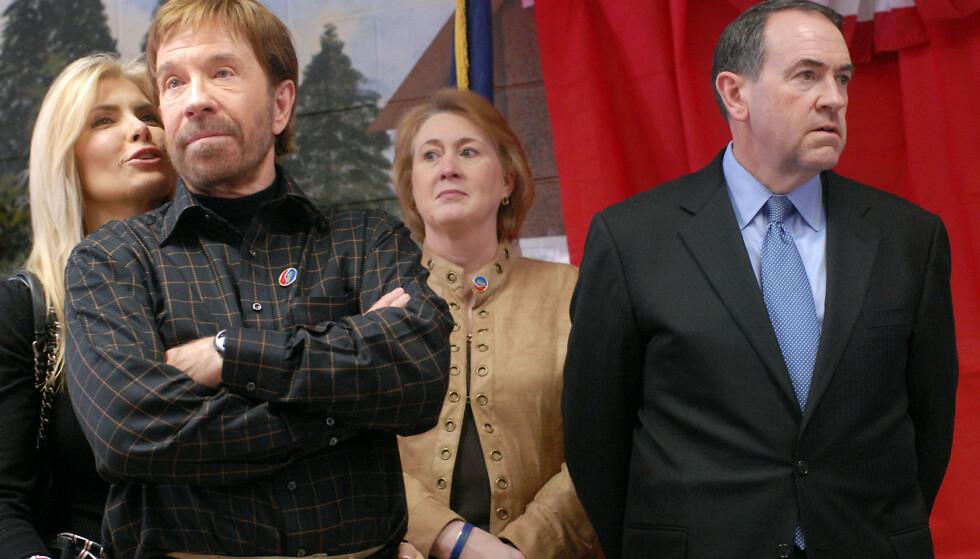 STØTTE: I 2007 støttet Chuck Norris politikeren Mike Huckabee som republikanernes presidentkandidat. Foto: Darren McCollester/Getty Images/AFP/NTB