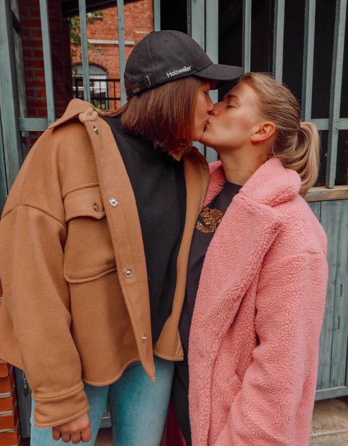 HUSEIERE: Camilla Lorentzen og Julie Visnes gleder seg stort til å flytte inn i drømmehuset sitt i mars. Foto: Privat